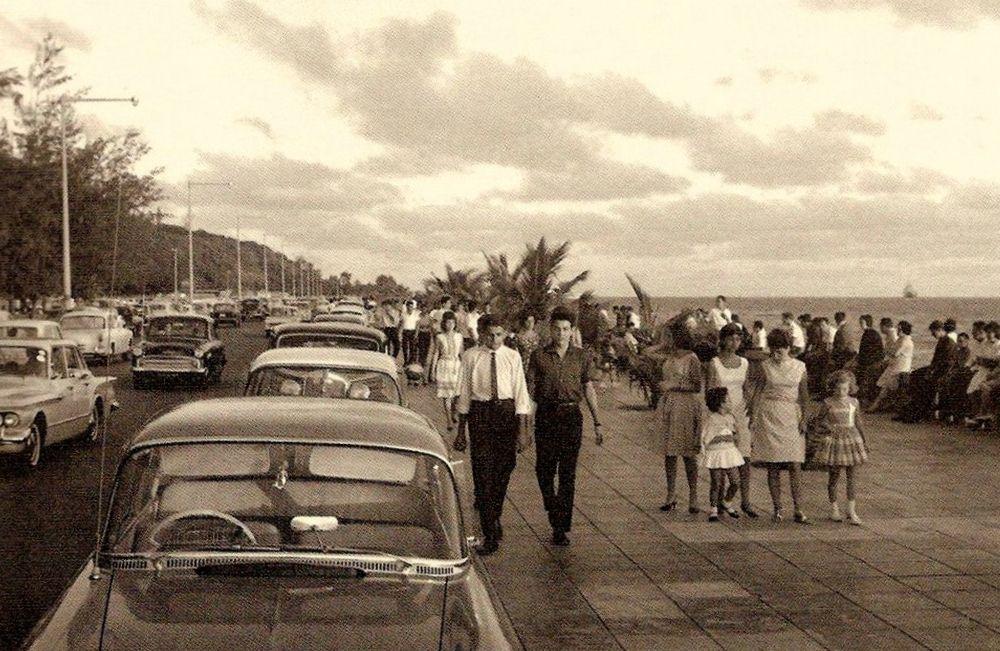 A estrada junto à Baía de Lourenço Marques, entre a Fazenda, o Restaurante Zambi e o cais de embarque prá Catembe (ilha)  A chamada da 'volta dos tristes' no domingo à tarde...