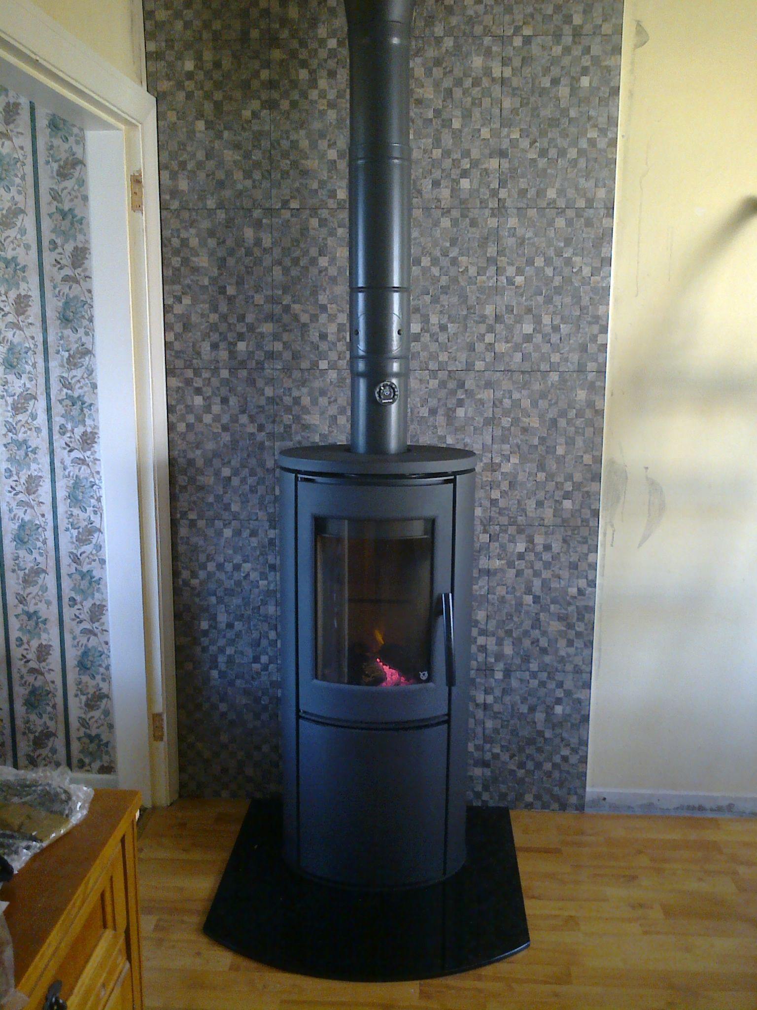 varde aura 1 wood burning stove with black plate glass hearth fire