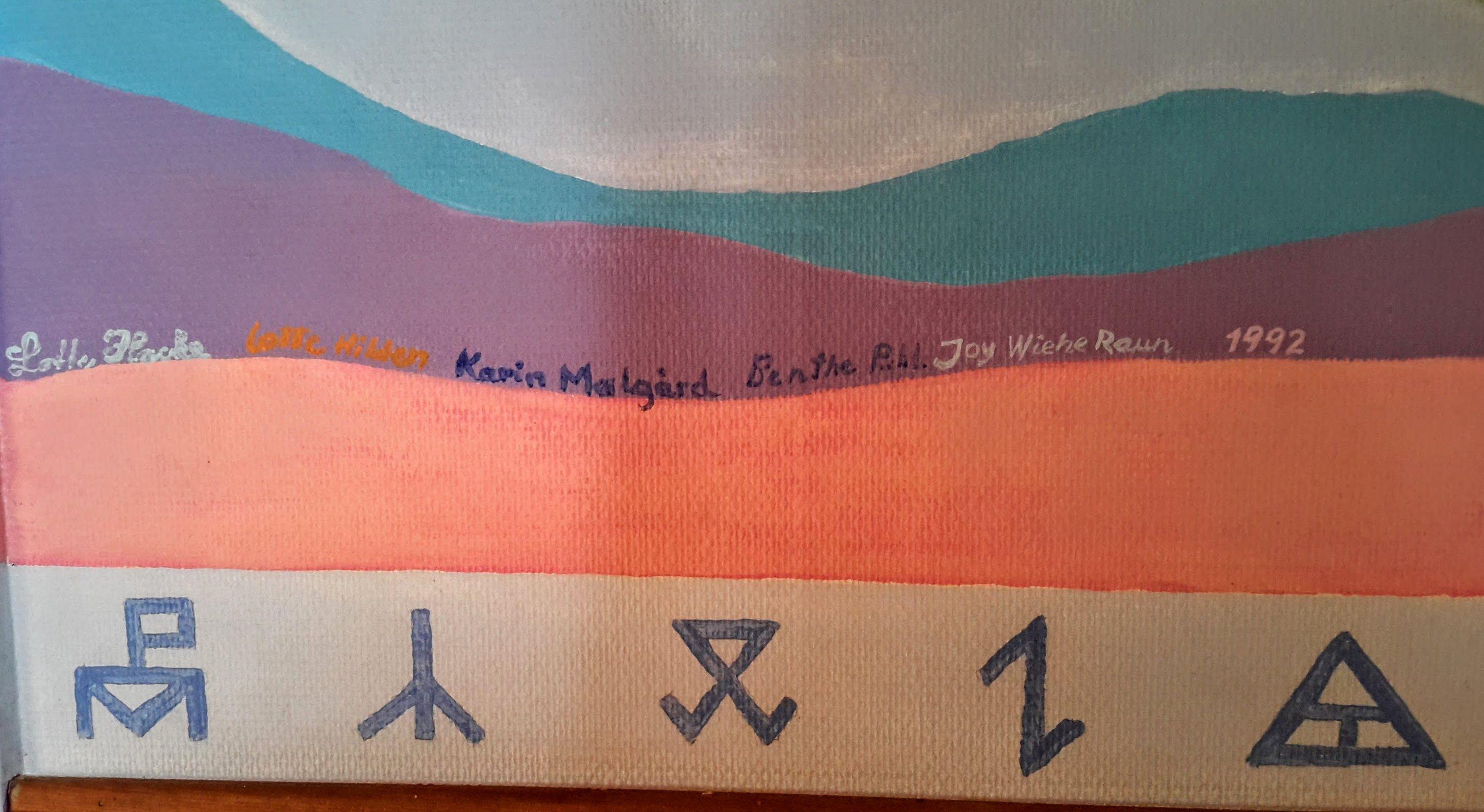 Her er kunstnerne bag vægmaleriet fra 1992 i Bogø Forsamlingshus. Mærkerne er karmærker, dvs. ejermærker, som blev brugt på redskaber og inventar mm.