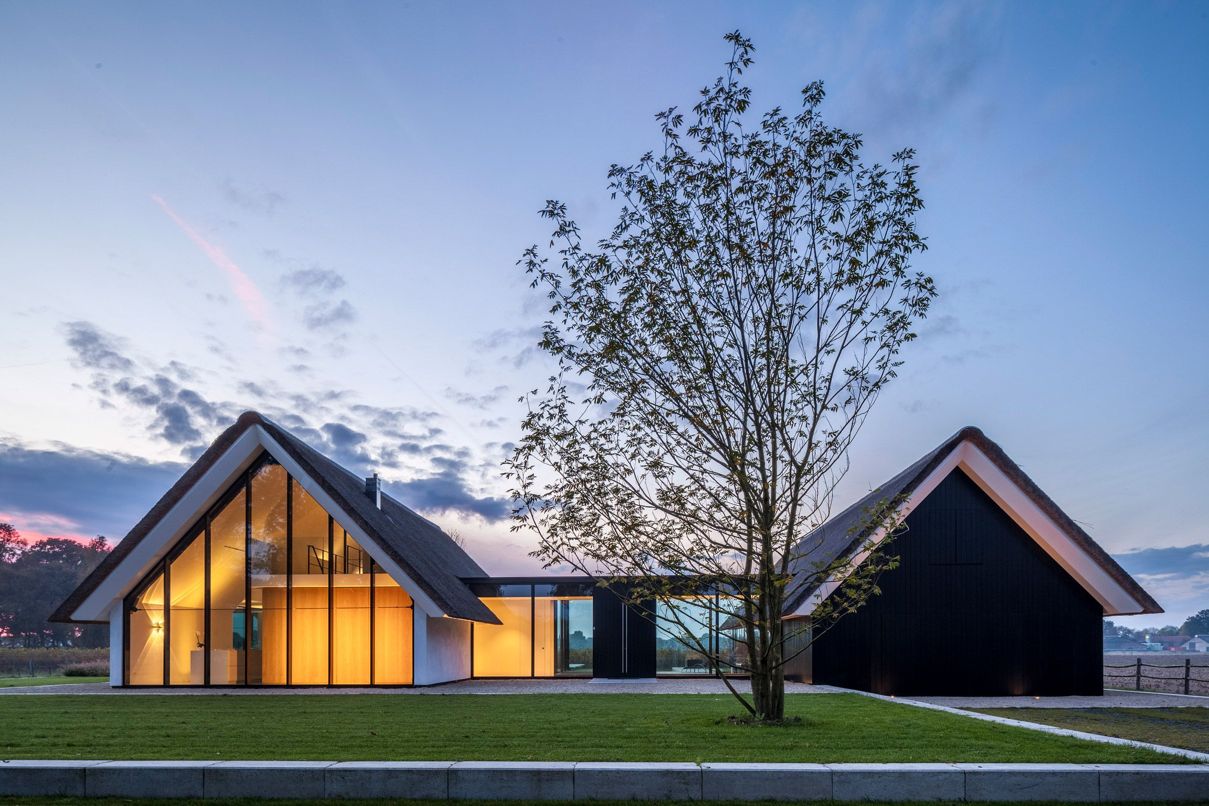 The Thatched Roof Is A Beloved Architectural Tradition Deployed Exquisitely In This Modern Dutch Home Thatched Cottage Modern House Design Modern Architecture