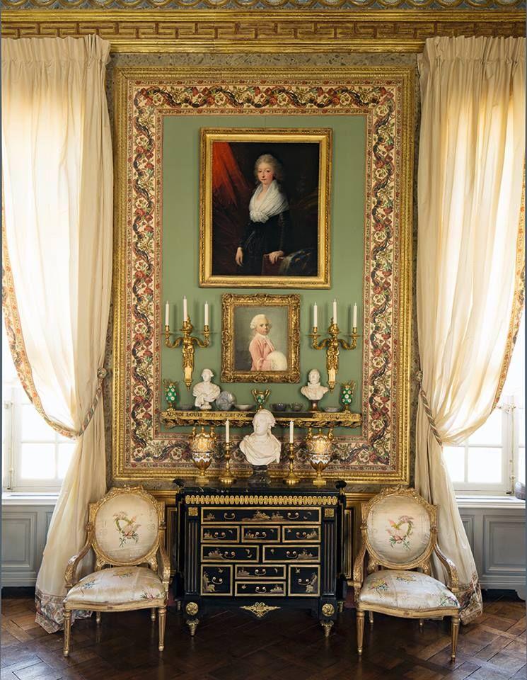 ch teau du champ de bataille le salon de compagnie paire de fauteuils encadrant une commode en. Black Bedroom Furniture Sets. Home Design Ideas