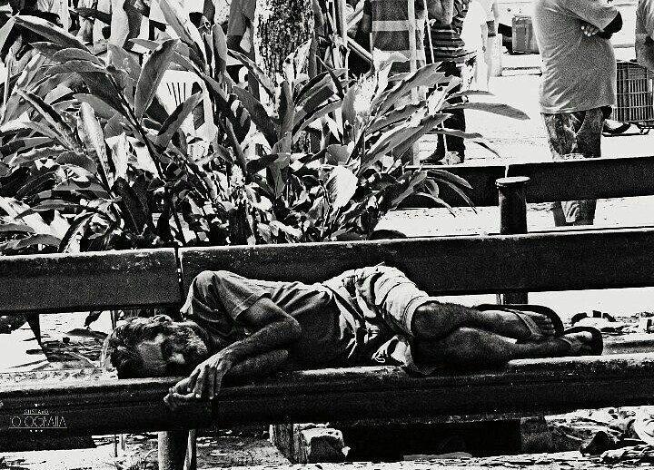 """""""A rua é nossa casa"""" #photography #pretoebranco #ascontasnaoparam #arua #bancodepraça"""
