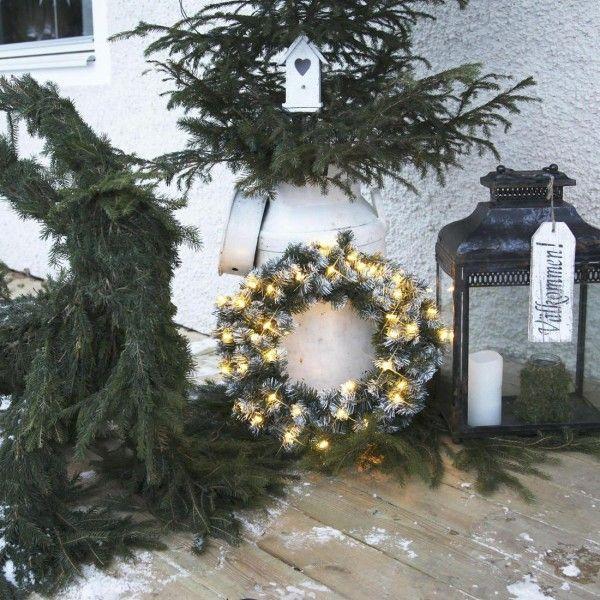 dcorer lextrieur et le jardin pour nol avec une couronne lumineuse poser au - Couronne Noel Lumineuse Exterieur