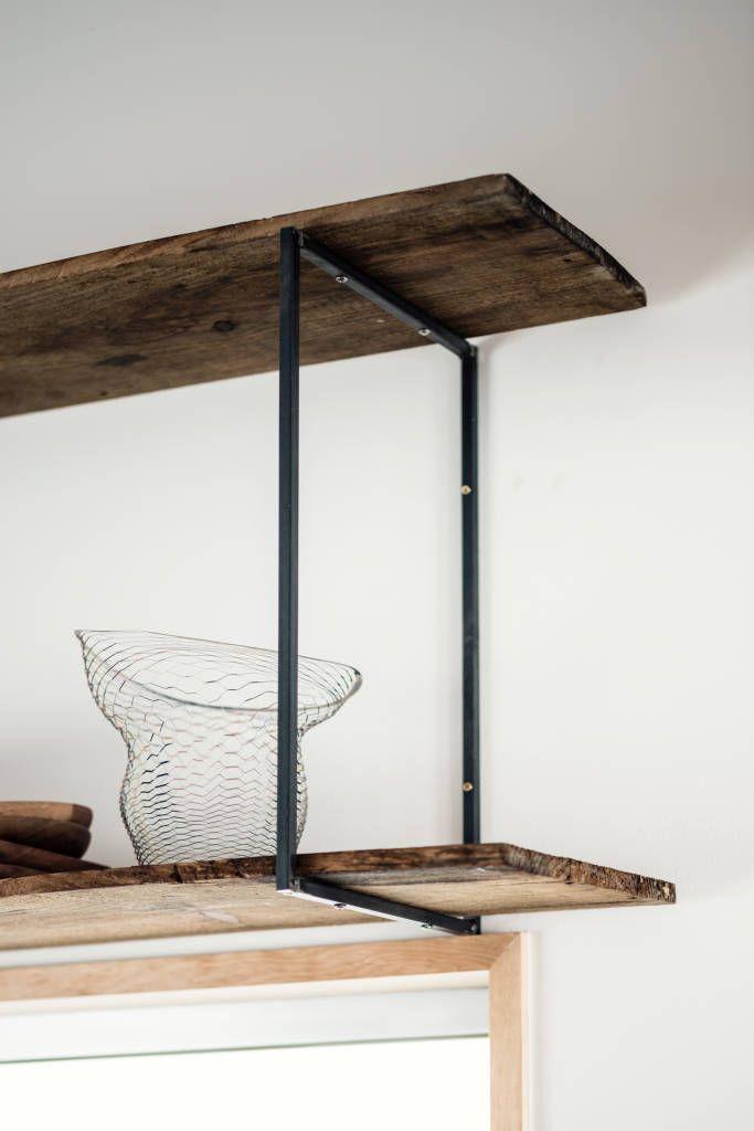 細見のアイアンフレームと古屋床材での棚 (De coil松村一輝建設計事務所)