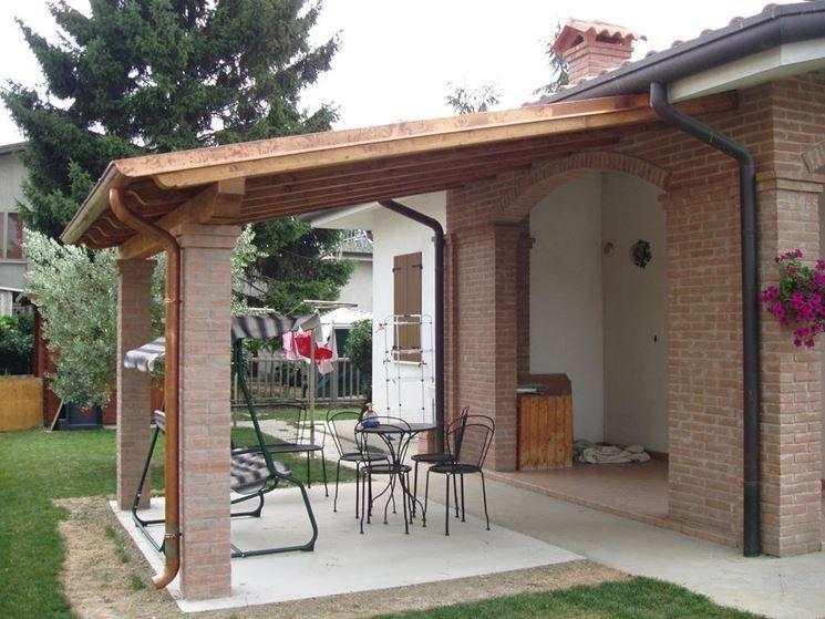 Tettoia in legno e mattoni pergole tettoie porticati for Giardino casa classica