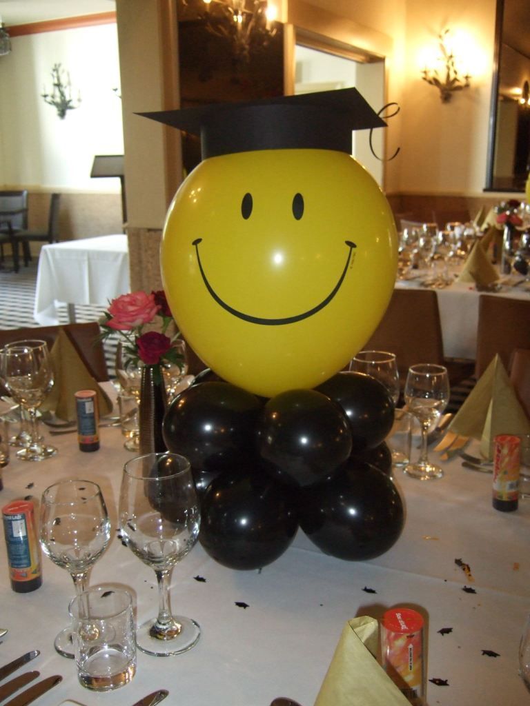 Graduation display table graduation table decoration for Balloon decoration ideas for graduation
