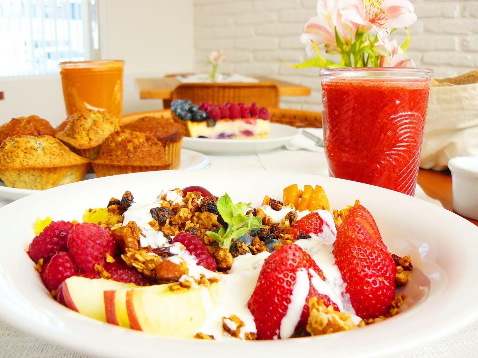 Beneficios que nos ofrece desayunar diariamente.    Mejora el estado nutricional. Es decir, ayuda a mejorar el balance de energía y nutrientes (calcio, hierro, magnesio, vitaminas del grupo B…) que el cuerpo necesita durante el día, en particular de tus hijos, ya que están en pleno crecimiento y desarrollo.