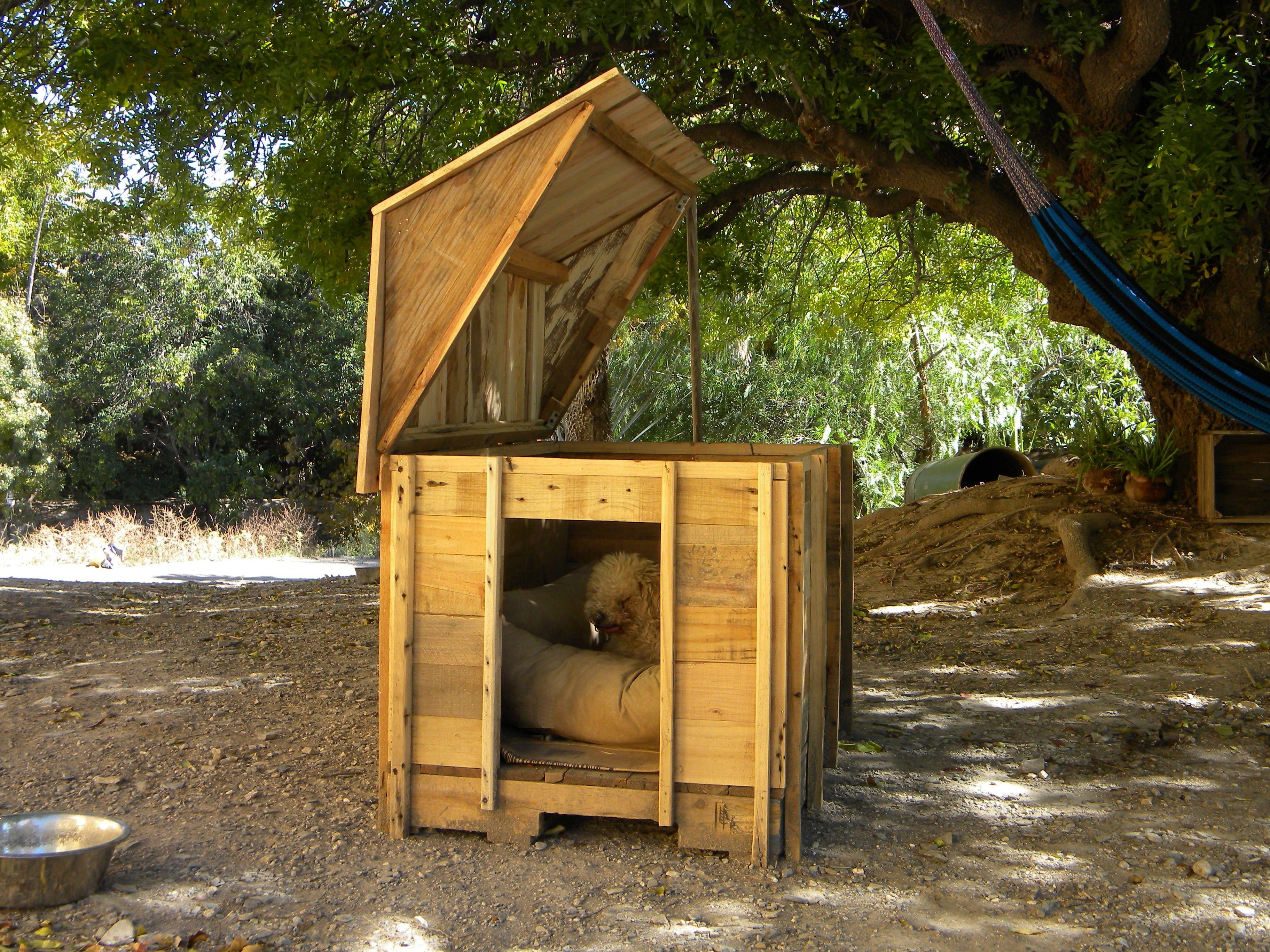 Casa para perro 100 reciclada de pallets con techo abatible para limpiarla facilmente - Casa de perro con palets ...