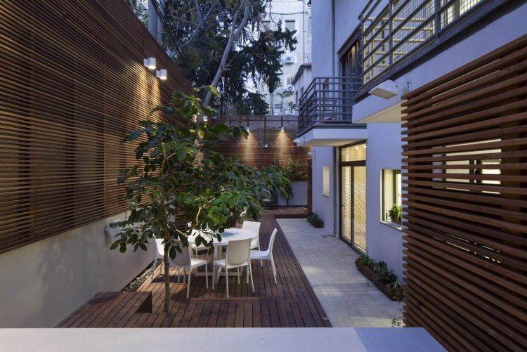 Brise-vue en bois sur la terrasse d\'un appartement de ville moderne