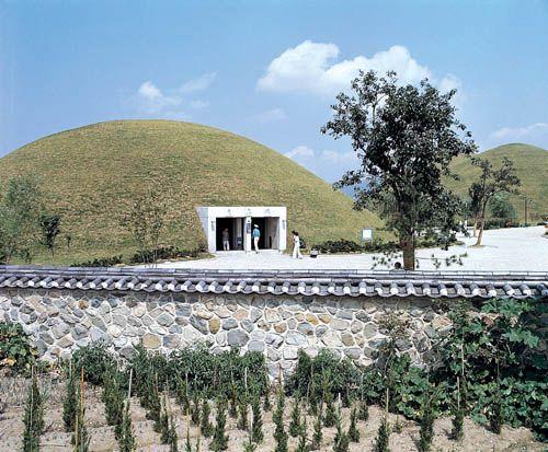 Daereungwon Tomb Complex - 1500 year old tombs - Gyeongju
