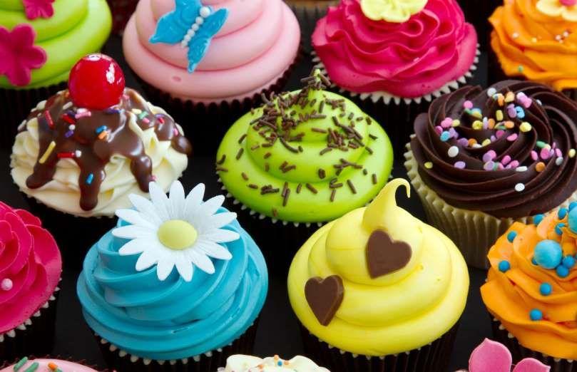 Numa festa de aniversário, não pode faltar uma mesa bem enfeitada, com bolo, docinhos e outras sobre... - Foto: Shutterstock
