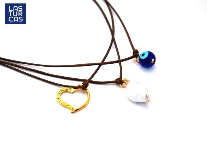 Yo lo tengo ☺️Divino este Collar Triple elaborado en cordón de seda café con ojo turco en vidrio fundido, nacar y dije corazón en baño de oro, largo aprox 18 cms.