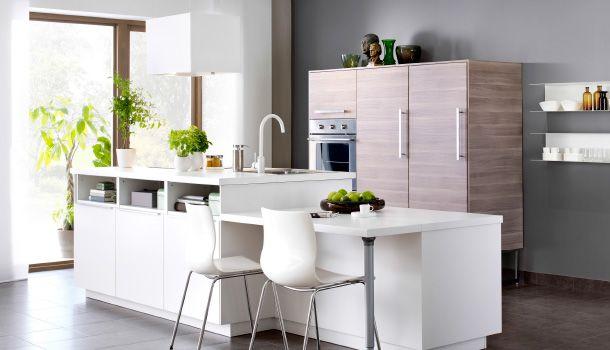 Kitchen Set Dengan Island Dapur Putih Dan Kabinet Tinggi Dengan Efek