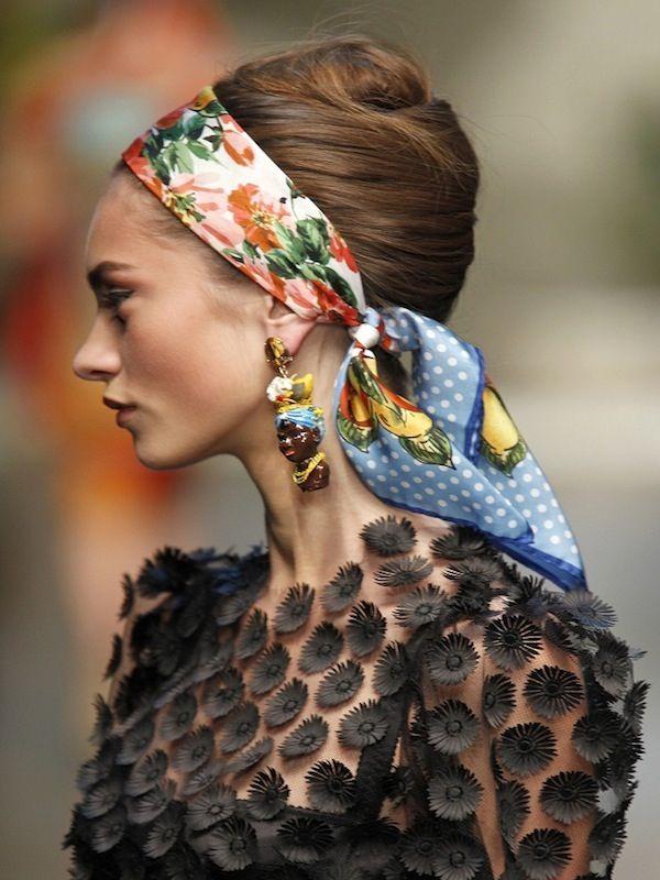 Elements D Tenue Chignon Severe Foulard Multicolore Boucle D Oreille Dolce Gabbana Headscarf Dentelle Broderi Dolce And Gabbana Fashion Accessories Glam