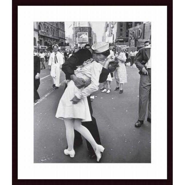 Alfred Eisenstaedt 'V-J Day at Times Square' -framed Art Print