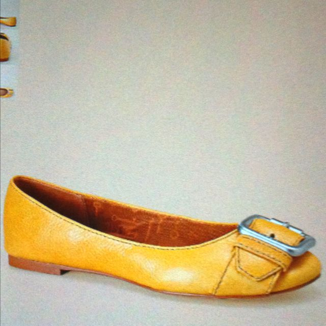 Live these ochre Maddox shoes from fossil :)