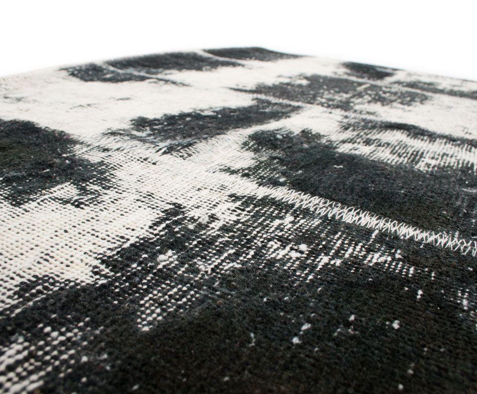 Die Muster des Wollteppichs COWPAT sind in Patchwork dargestellt, was diesem herrlichen Accessoire eine ganz besondere Note verleiht.