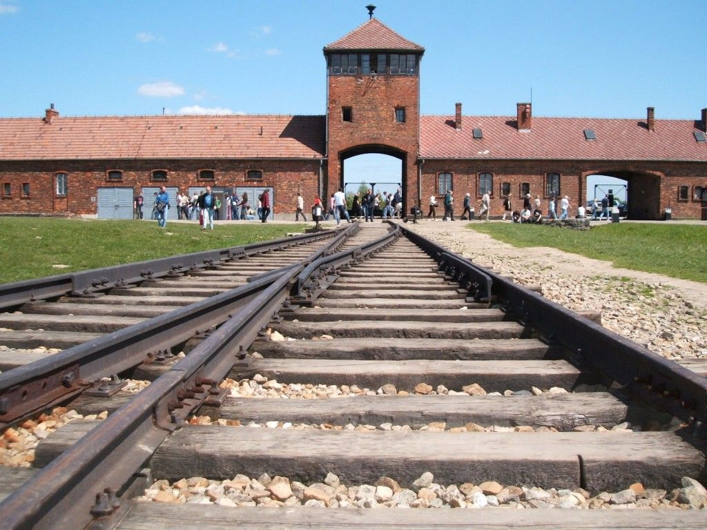 This German Woman Approached Israeli Students at Auschwitz... What She Did Next Had Them Speechless - The Political Insider