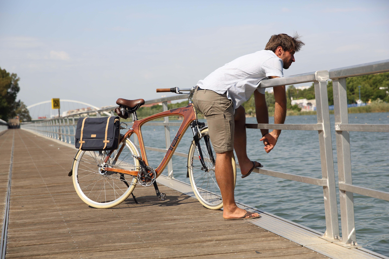 Para tus momentos de paseo y relajación hemos diseñado Jasper. Las propiedades de la madera y la innovación tecnológica ofrecen una bicicleta más cómoda, resistente y ecológica que las convencionales.