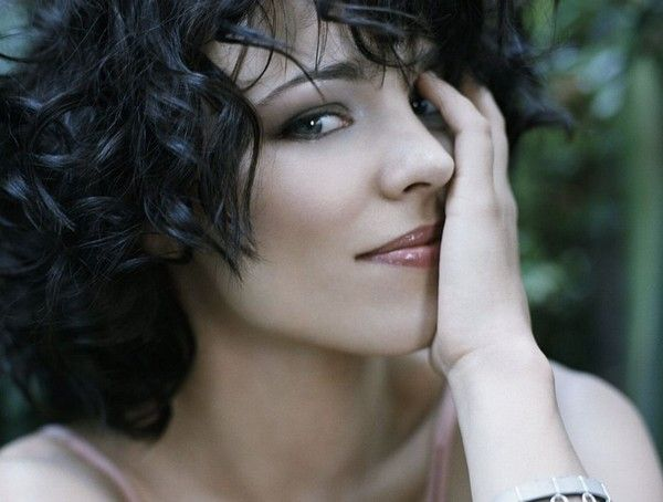 Rachel McAdams looks hot hot hot with black hair