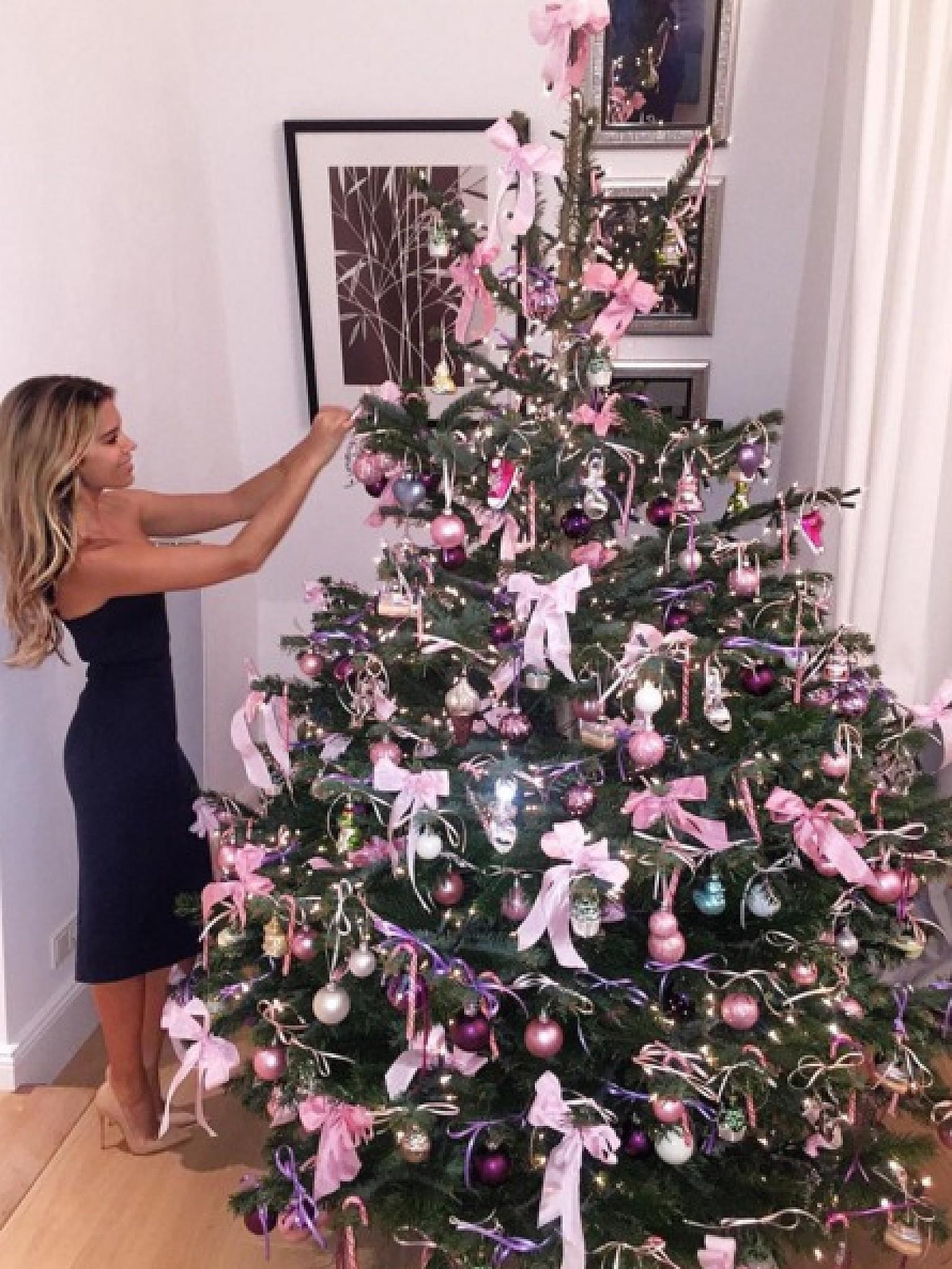 weihnachtsbaum rosa geschm ckt groningenzoals. Black Bedroom Furniture Sets. Home Design Ideas