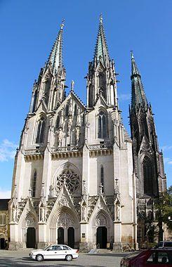 Catedral de San Wenceslao, Olomuc, Rep. Checa. La que hoy es la catedral era originalmente una basílica romana consagrada en 1131, sin embargo, su estilo románico se cambió a gótico en el transcurso de los siglos XIII y XIV