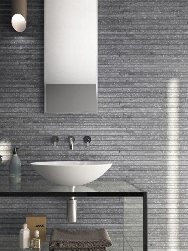 Reforma ba o con lavabo blanco sobre mueble de vidrio - Banos con paredes de piedra ...