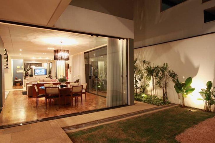 Conferindo mais charme e funcionalidade a ambientes menores ou integrando e separando ambientes maiores, a porta de correr é um coringa na decoração.