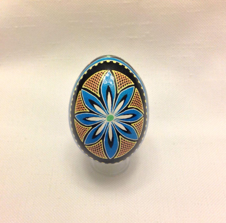 Ukrainian Egg, flower design ~ Pysanka ~ Pysanky ~ Ukrainian Easter Egg by EggsbyShari on Etsy https://www.etsy.com/ca/listing/489643896/ukrainian-egg-flower-design-pysanka