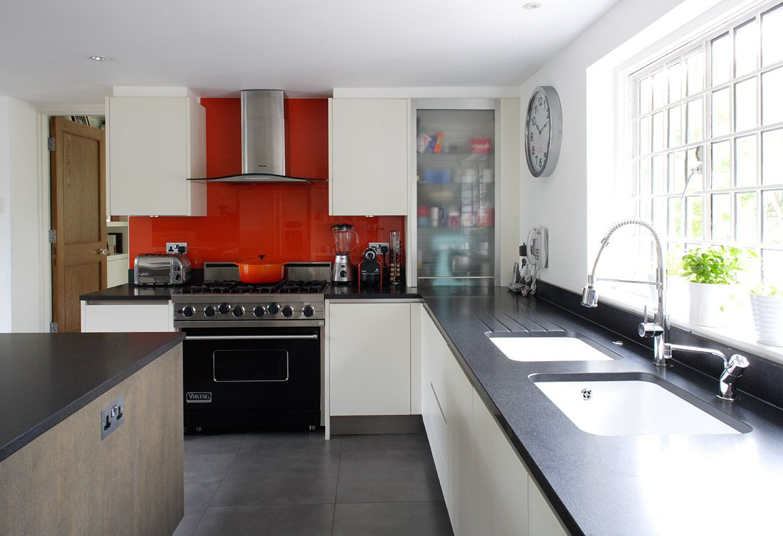 Red backsplash in white/black kitchen | Red kitchen decor ...