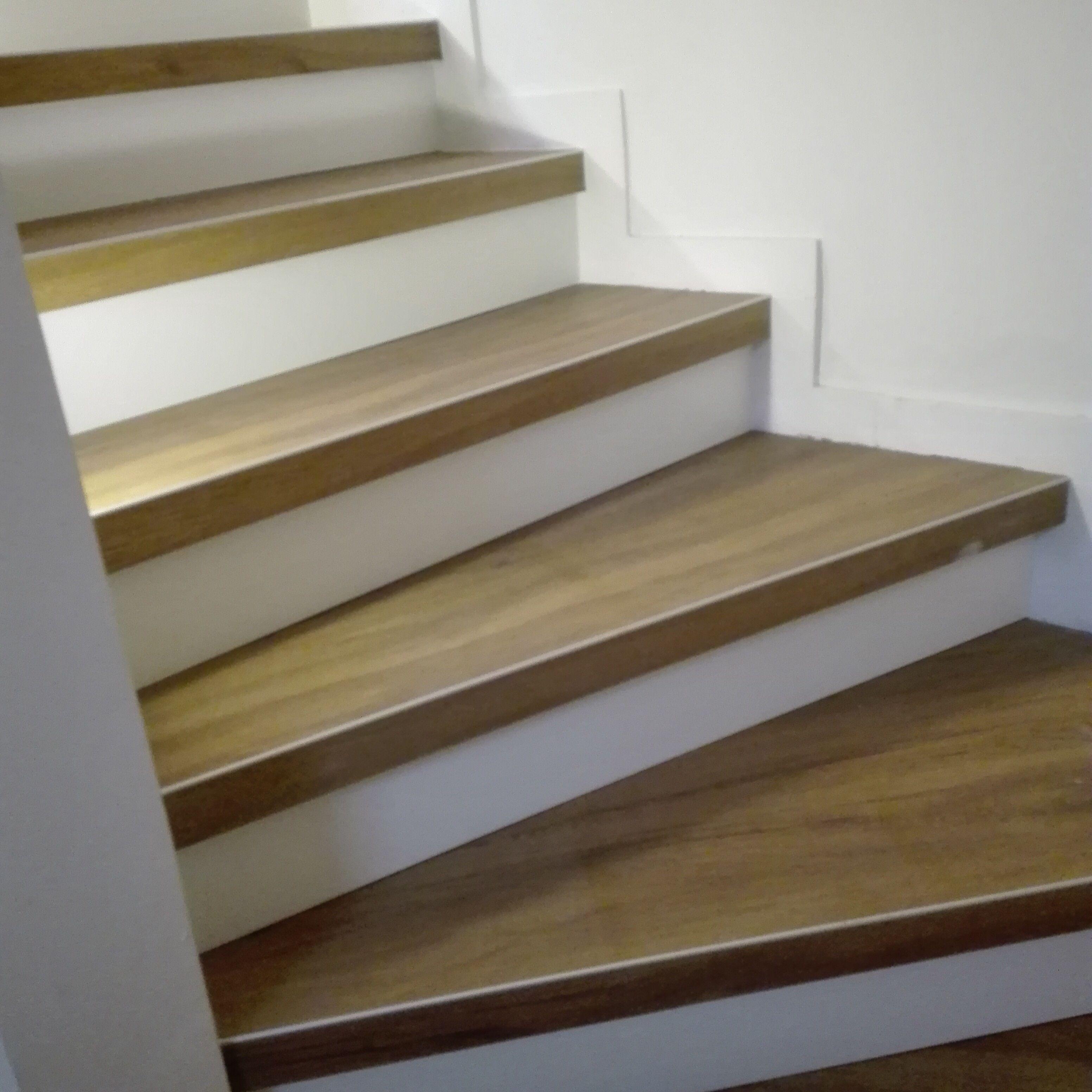 Le Treppenaufgang sanierung einem treppenhaus wie aus einem 60er jahre flur mit