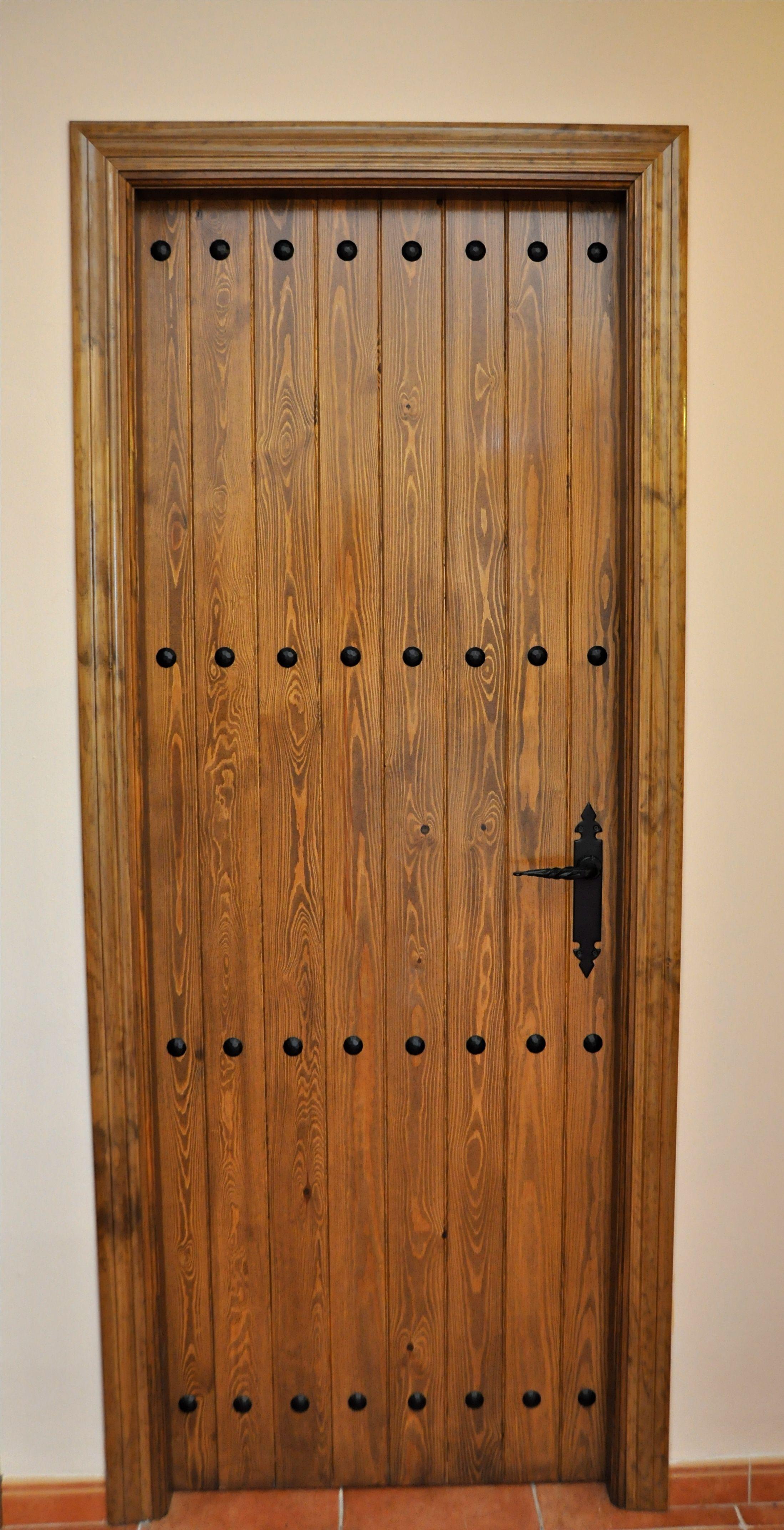 Puerta Rustica Con Clavos Gitanos Puertas De Madera Rusticas Puertas De Madera Puertas Interiores De Madera