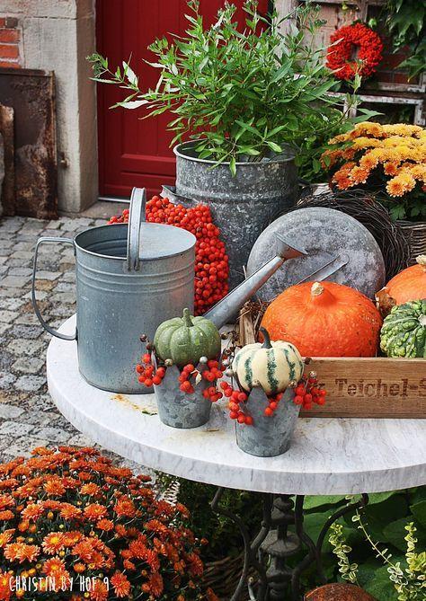Dekoration mit Kürbis, Eberesche, Herbstkranz, Herbstdeko, Außendekoration im Herbst #thanksgivingdecorations