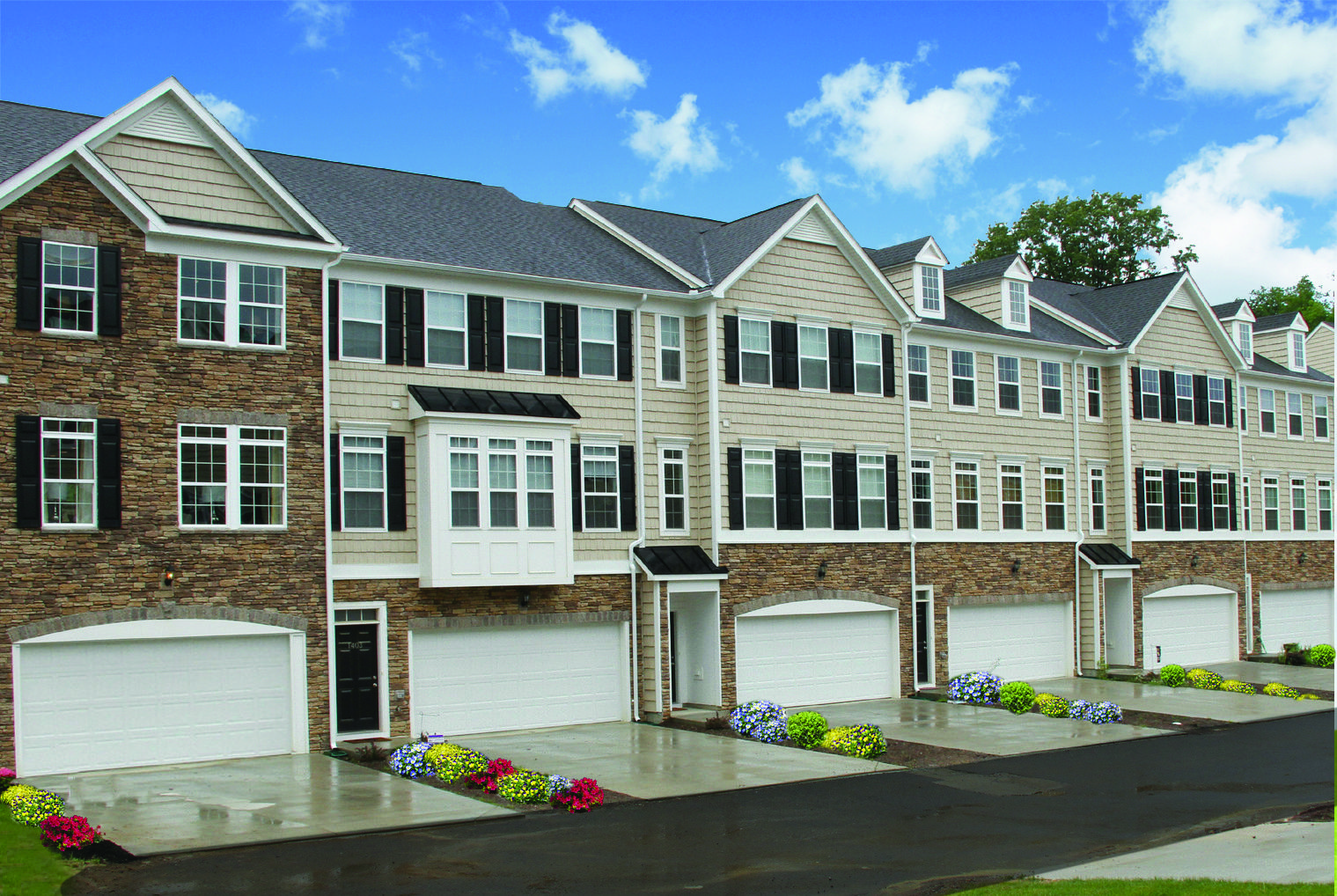 The Beautiful Windsor Townhomes With Stone And Siding Fronts Bay Windows 2 Car Garages Morgantown Townhouse Morgantown Wv
