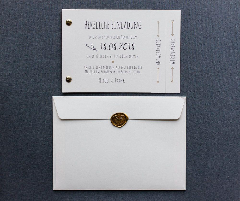 Booklet einladung und briefumschlag mit siegelstempel gold