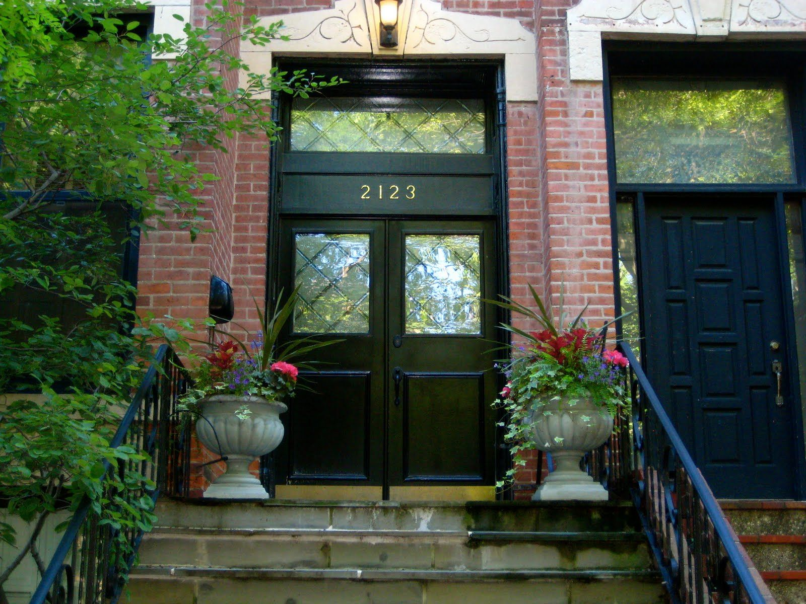 homes with black window trim
