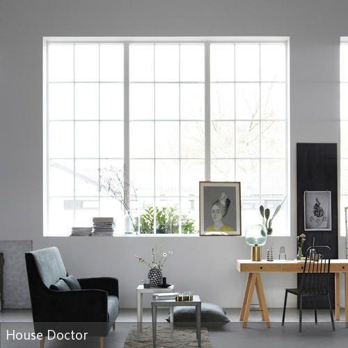Ein Wohnzimmer Mit Hoher Decke Lässt Sich Auf Verschiedene Weisen  Einrichten. Ein Minimalistischer Einrichtungsstil Sorgt Dafür, Dass Der  Raum Noch Größer U2026
