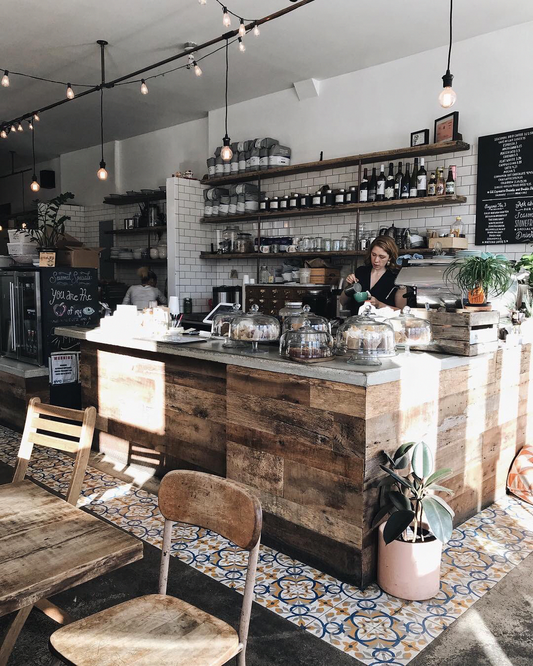 Looking For Ideas For The Coffee Bar Motivation We Have Several Examples Of Coffee Shop That Are Va Coffee Shop Decor Rustic Coffee Shop Coffee Shops Interior