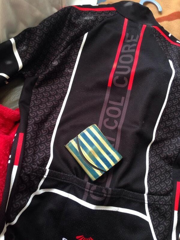 クアトロガッツの「小さいふ」。 サイクルジャージのポケットに入れても大してかさばらない。 自転車乗りにもオススメ。