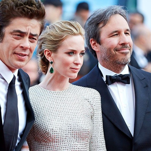 #EmilyBlunt y el perfecto look digno de una alfombra roja. ¿Su apuesta? Un vestido de cristales de @stellamccartney y pendientes de esmeralda de #AnnaHu. Los mejores looks de #Cannes2015 están en Vogue.mx by voguemexico http://ift.tt/1HsKnsV