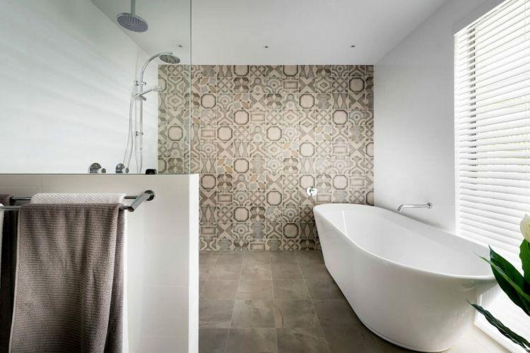 Badezimmer in Grau und Beige mit Dusche und Badewanne | Bäder ...