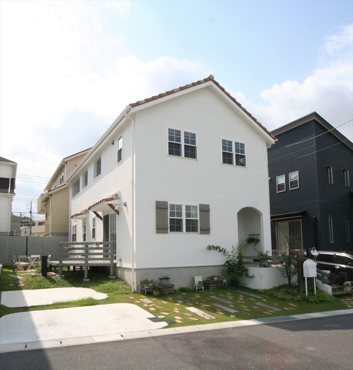 家 外観 エクステリア 切妻屋根 白い家 塗り壁 ボレ アーチ