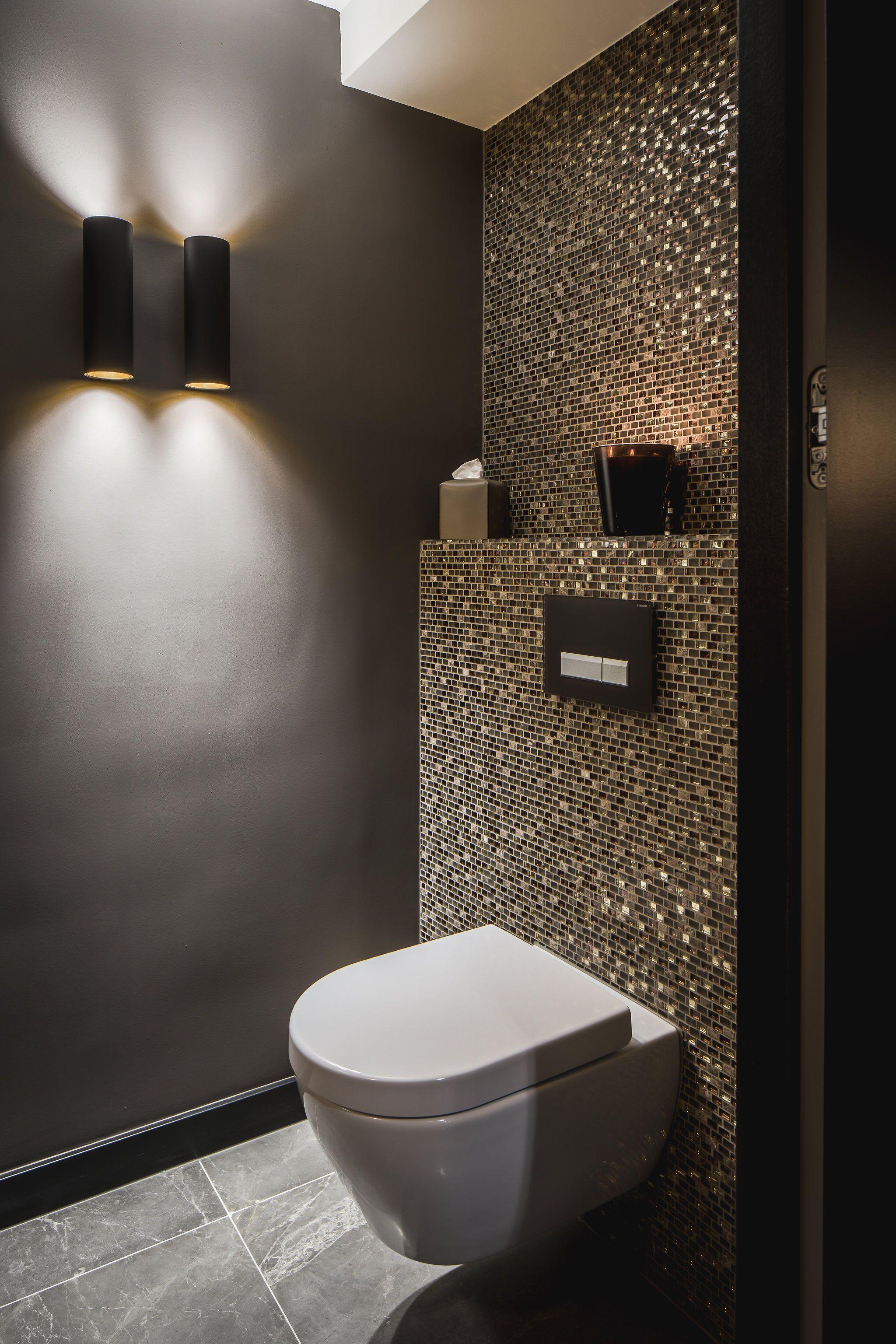 Idee Gäste WC Mosaik Glimmer dunkle Wände Schimmer Glas Gold