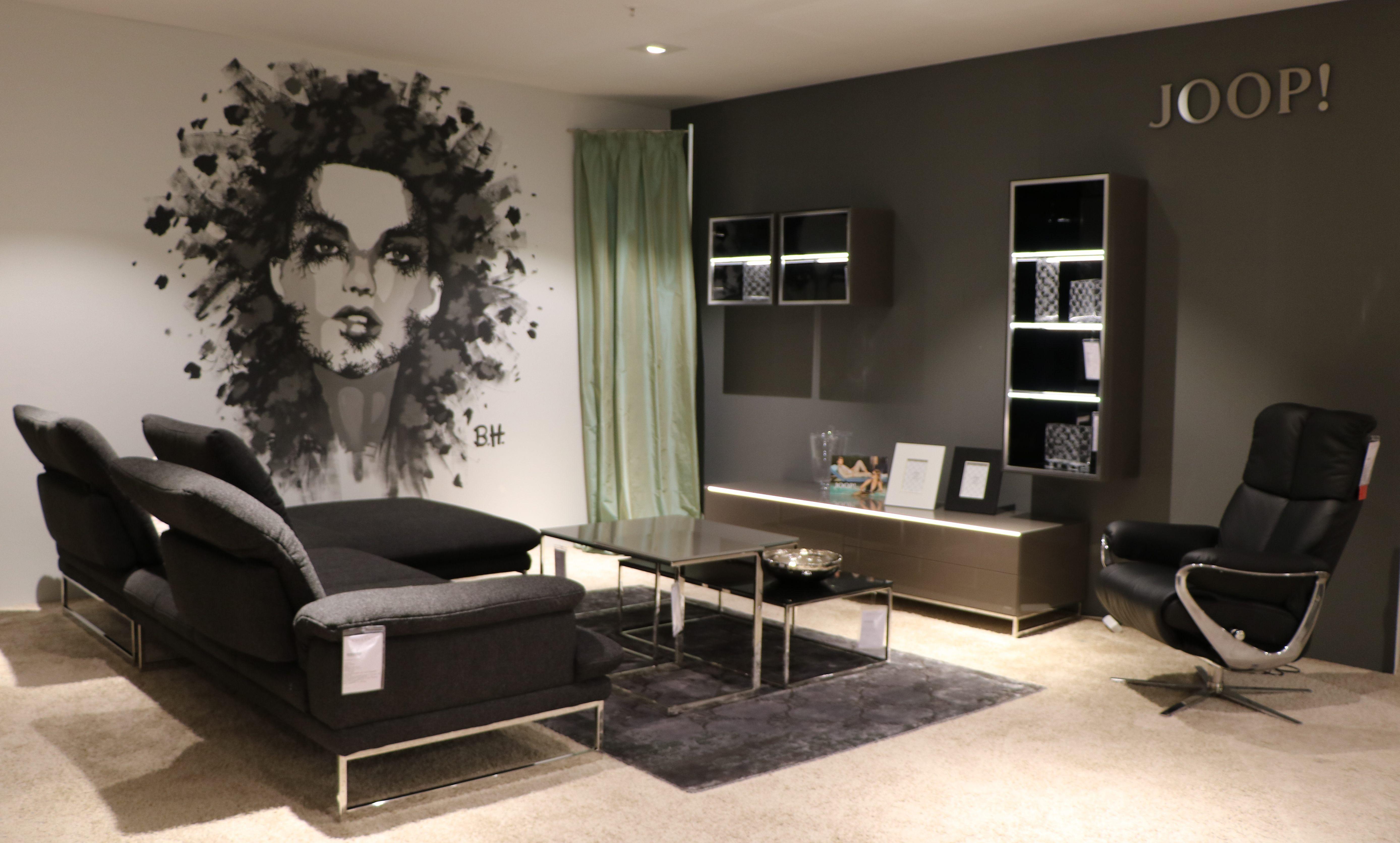 Moderne Wandgestaltung Im Wohnzimmer Kombiniert Von Möbel Aus Der Kollektion Von Wolfgang Joop Gehalten In Grautönen Joop Möbel Möbel Wohnzimmer Wohnzimmer