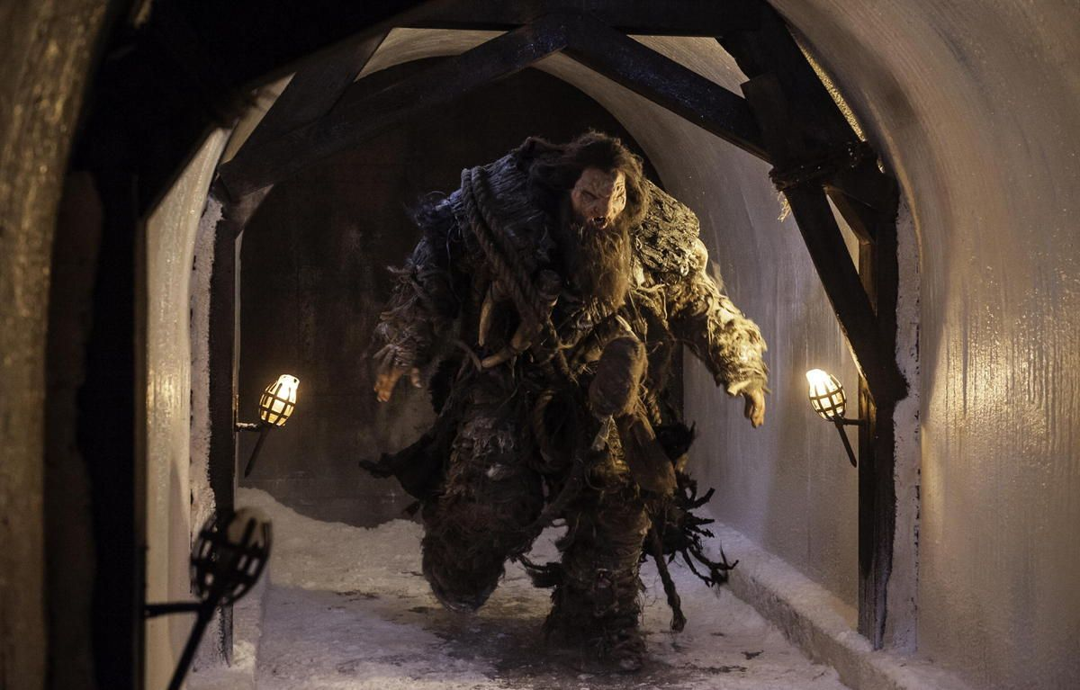 A giant enters the tunnel leading from North of the wall to Castle Black (GoT, season 4, episode 9: The Watchers on the Wall)