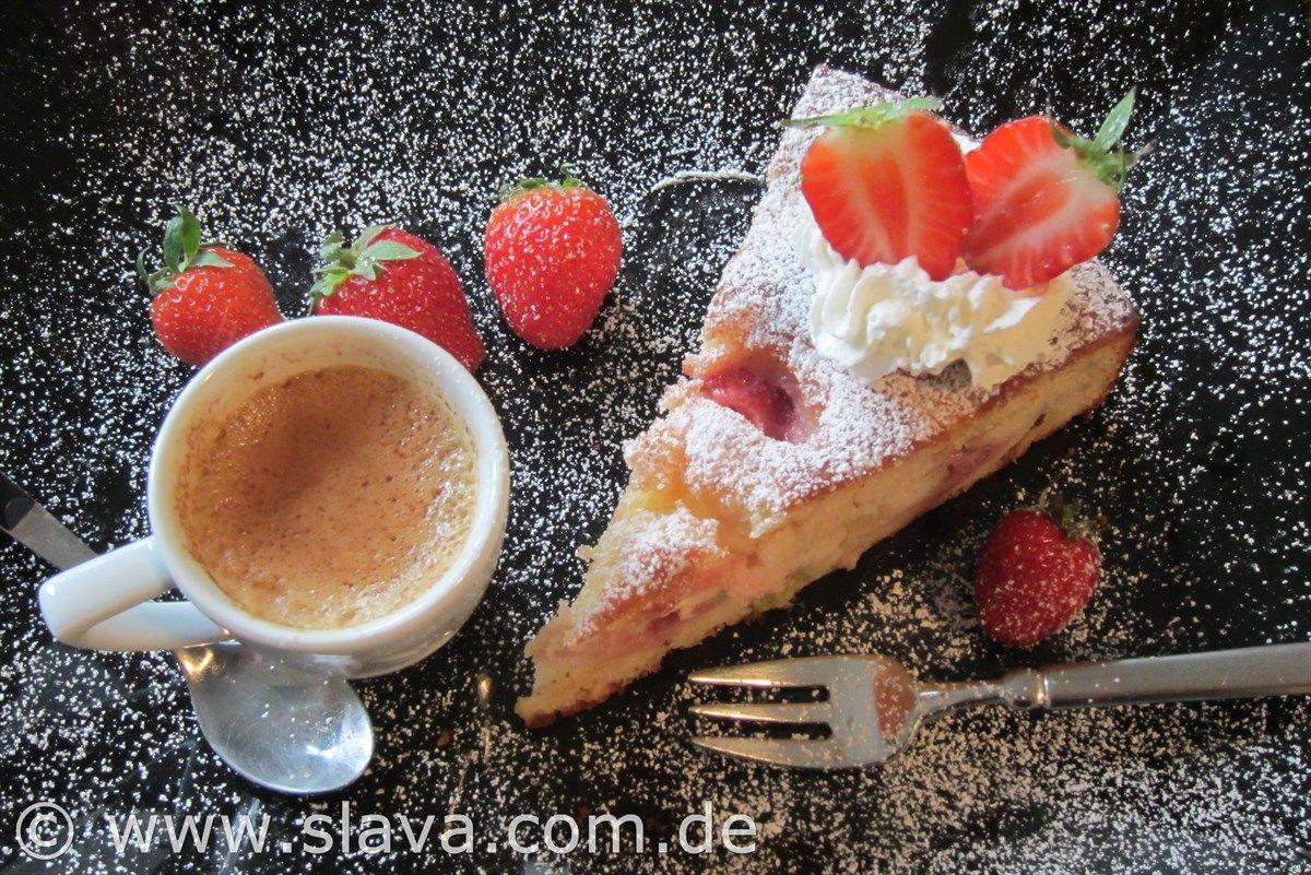 Feiner saftiger Erdbeer - Rhabarber - Joghurtkuchen