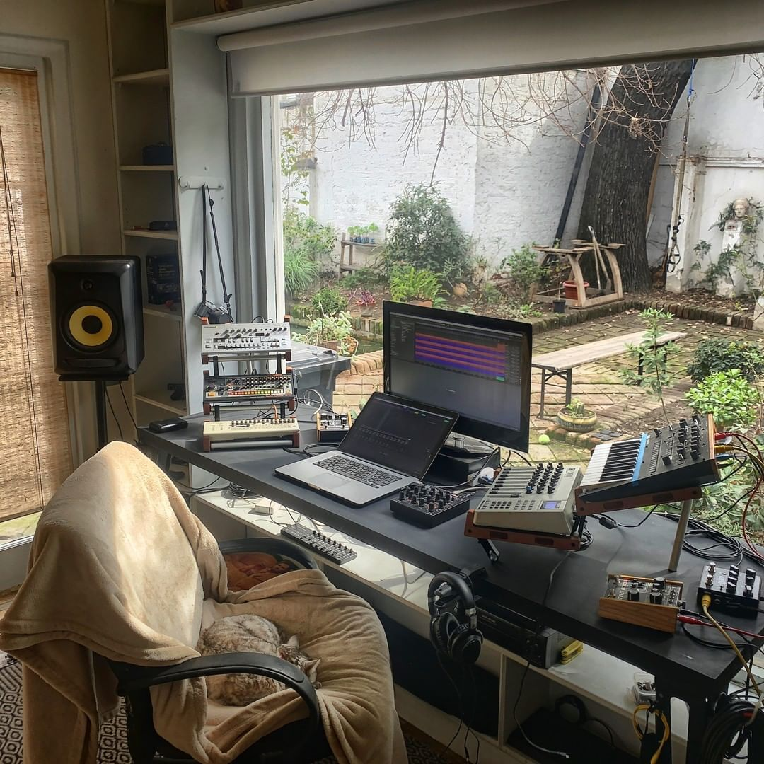 What S Your Opinion Of This Setup For Suddenly I Saw You There And Through Foggy London Town The Sun Home Studio Setup Music Studio Room Home Studio Music Bedroom home recording studio