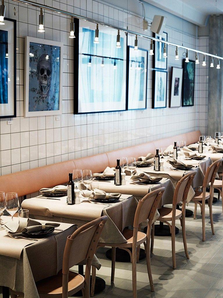 Cadeiras de couro e parede de azulejos em restaurante for Restaurante azulejos