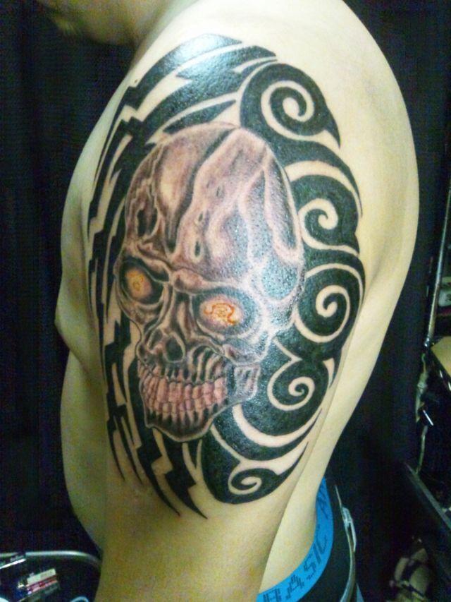 腕,スカル,トライバルタトゥー/刺青デザイン画像