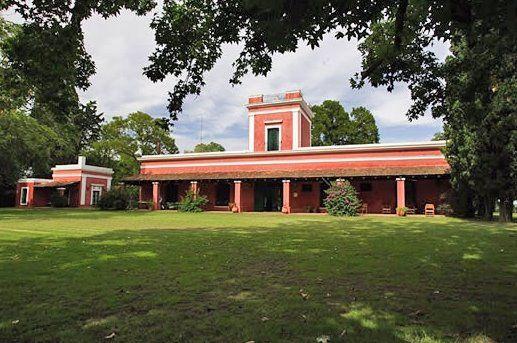 Casco de estancia en Argentina. Extenso sector de la casa principal con una larga galería. San Antonio de Areco, Buenos Aires